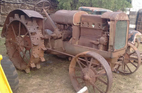 Car Deering Tractor Antiguo