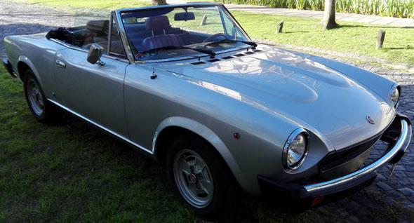 Car Fiat 124 Spider